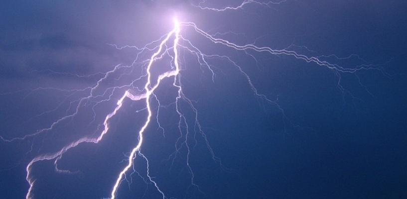 На Пиратском острове в Омске молния ударила в сарай – ФОТО