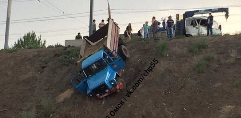 С насыпи у Ленинградского моста в Омске после столкновения упал грузовик
