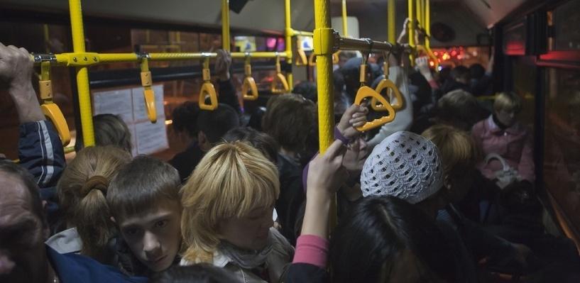 Департамент транспорта Омска беспокоится за детей и старушек, падающих в автобусах