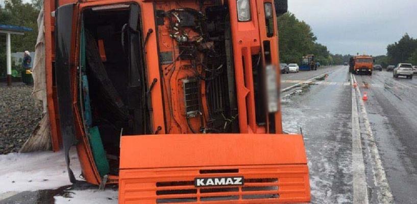 Аварию на Исилькульском тракте, где перевернулся «КамАЗ» с щебнем, проверяет прокуратура