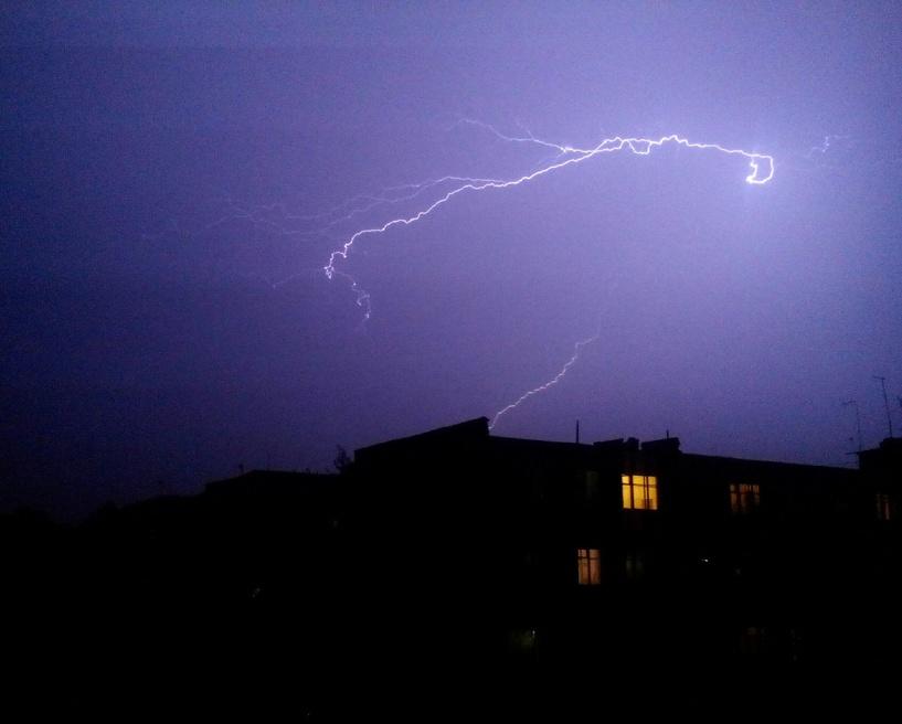 Омичам понравились молнии во время ночной грозы: фото и видео