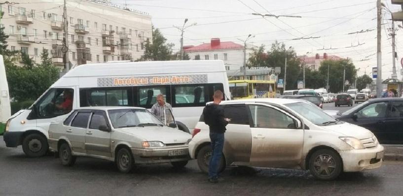 Центр Омска встал в огромной пробке из-за небольшого ДТП