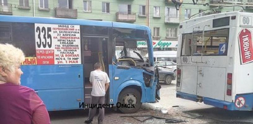 В центре Омска маршрутка врезалась в троллейбус