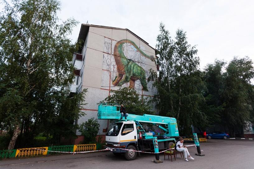 Аист у роддома, «кубическая» птица и 3D брахиозавр: новые арт-объекты омской «Стенограффии»