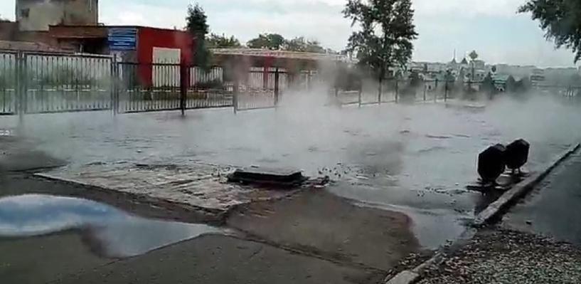 В Нефтяниках Омска прорвало трубу с кипятком - ВИДЕО