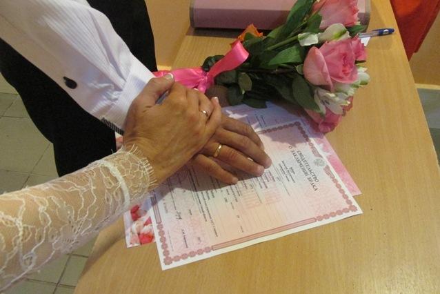 В омской колонии сыграли свадьбы две влюбленные пары