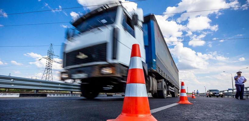На омских дорогах собираются установить весовой контроль для фур