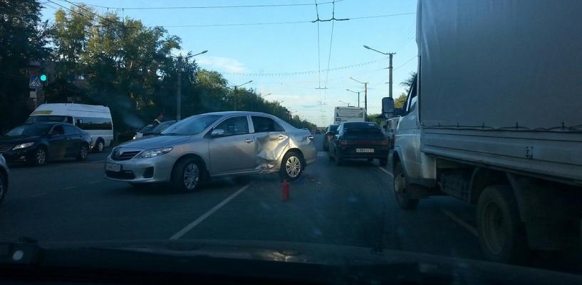 В Омске госпитализировали мотоциклиста, которого сбила иномарка