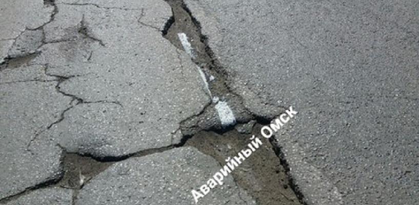 Нанесенную на ямы разметку на проспекте Менделеева в Омске подрядчик исправит за свой счет
