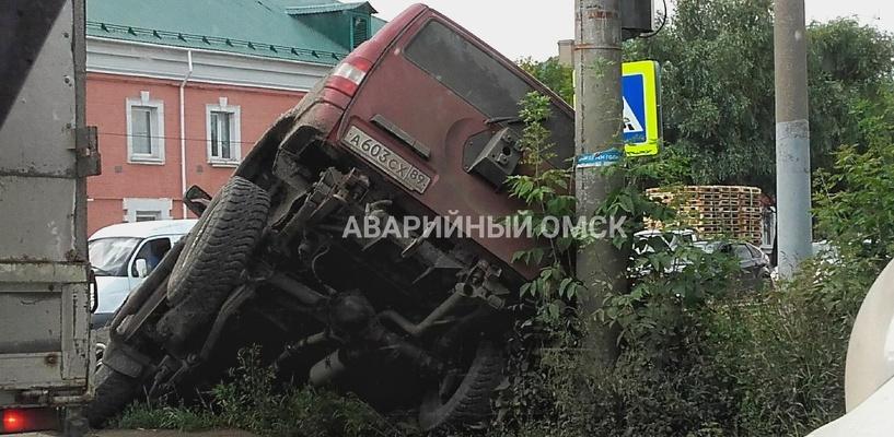 В Омске «УАЗ» угодил колесом в кювет, навалившись на светофор