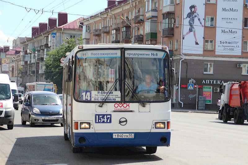 Омичей просят крепче держаться за поручни в автобусах
