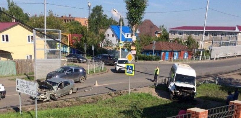 В Омске пассажирская маршрутка и Nissan расхлестались у виадука на 15-й Рабочей