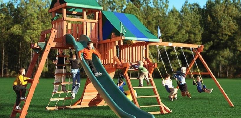 В Омске построили еще одну детскую площадку