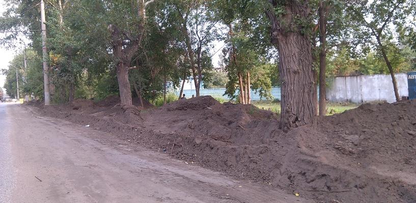В Омска подрядчик завалил пешеходные дорожки отходами от ремонта