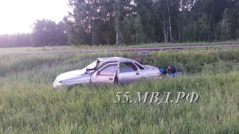 В Омской области пьяный водитель без прав опрокинул машину в кювет