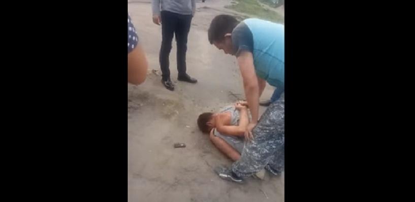 В Омске избили попавшего под колеса пешехода: видео