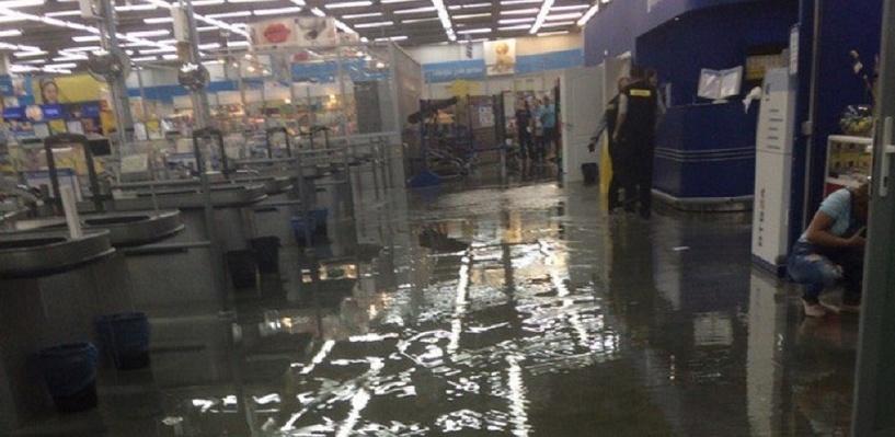 Во время ливня в Омске затопило гипермаркет «Лента»