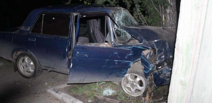 В Омской области пьяный водитель, уходя от погони, протаранил дом
