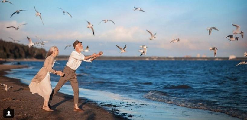 Пожилые модели из омской «Олдушки» провели романтическую фотоссесию на берегу моря