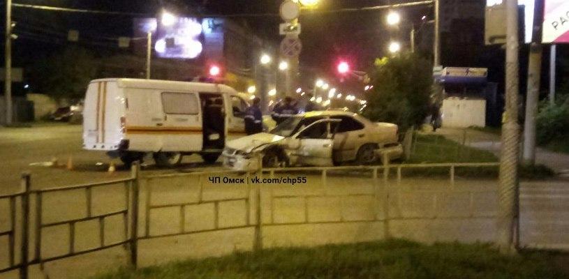 В Омске ночью Nissan на полной скорости врезался в машину газовой службы - ФОТО,ВИДЕО