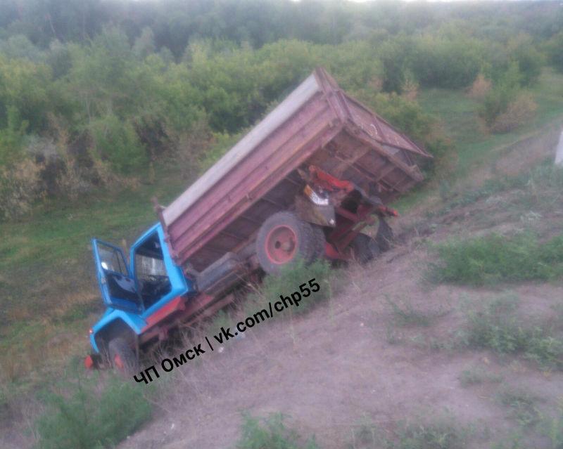 В Омске после ДТП с «КамАЗом» грузовик улетел с Ленинградского моста