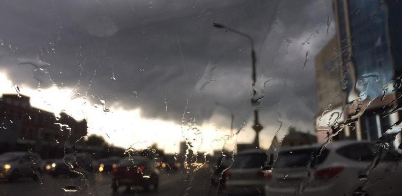 Гроза в Омске: ливнем уже затопило улицы, а на Московке выпал град