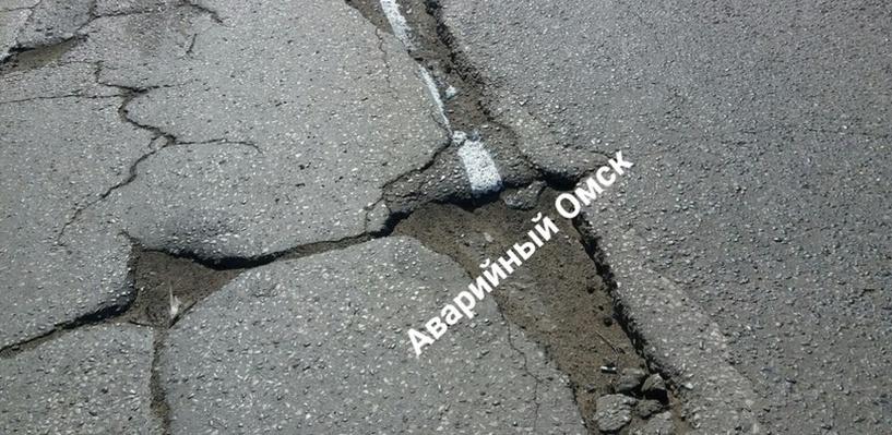 В Омске дорожную разметку нанесли на ямы