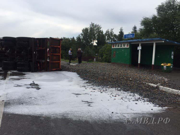 В Омске грузовик, груженный щебнем, врезался в «Газель»: пятеро человек пострадали — ФОТО