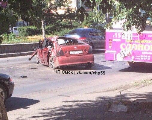 В Омске «Лексус» влетел в столб: 5 человек в больнице