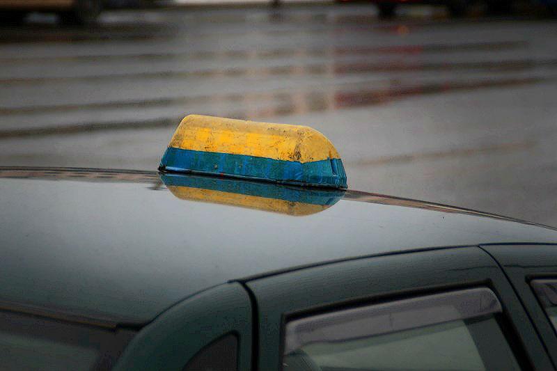Омский таксист ограбил пассажира, у которого не хватало денег на проезд