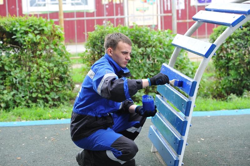 Волонтеры ОНПЗ обновили детскую площадку в Береговом