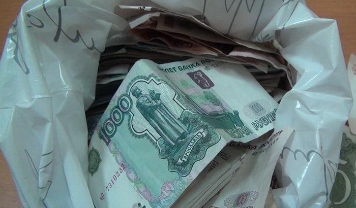 У пожилой омички украли сумку, в которой она несла 60 тысяч рублей