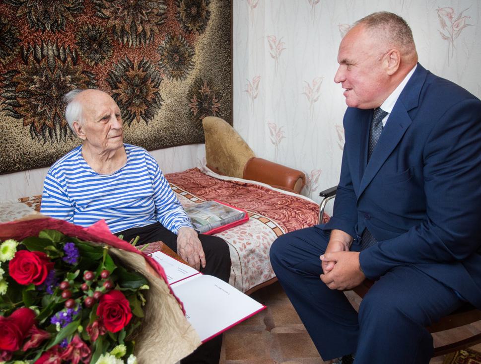 Омский министр лично поздравил ветерана с 94-летием