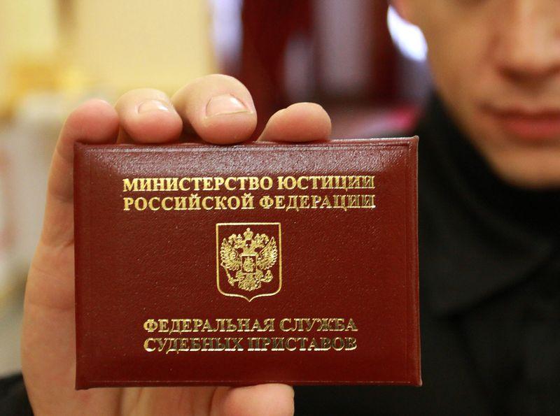 Омская чиновница смогла попасть на работу только с помощью приставов