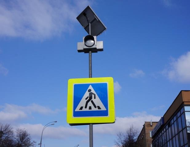 Возле 12 омских школ поставили «мигающие» светофоры