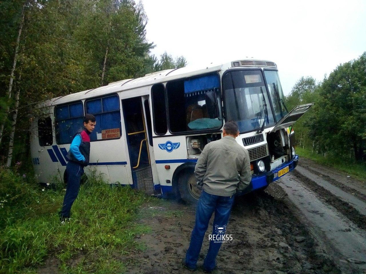 В Муромцевском районе рейсовый автобус из-за грязи затянуло в кювет