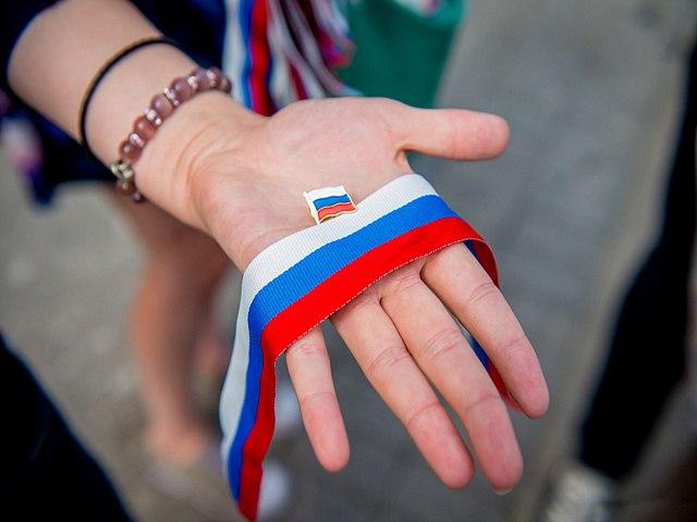 В День флага в Омске выстроят в триколор белые, синие и красные машины