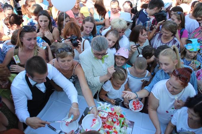 В Омске ко Дню города испекли огромный пирог с 301 свечой