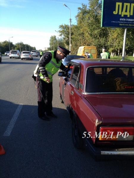 Пенсионер из Омска сел пьяным за руль и повез внуков