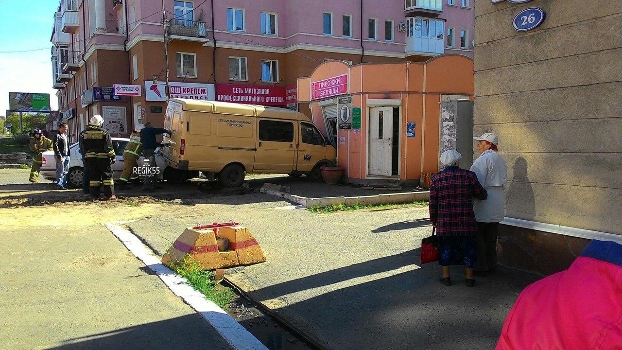 В Омске инкассаторская машина протаранила беляшную