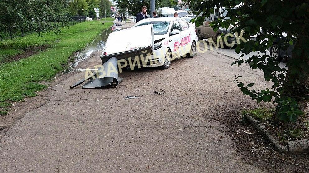 Возле политеха автомобиль такси вылетел на тротуар