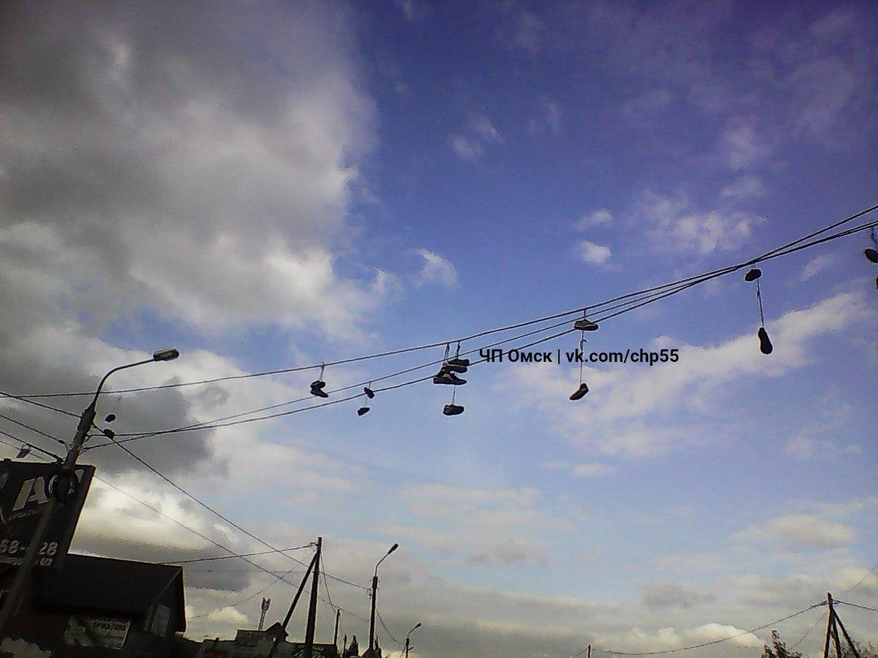 Как в гетто: омичи обсуждают гирлянды из кроссовок на Московке