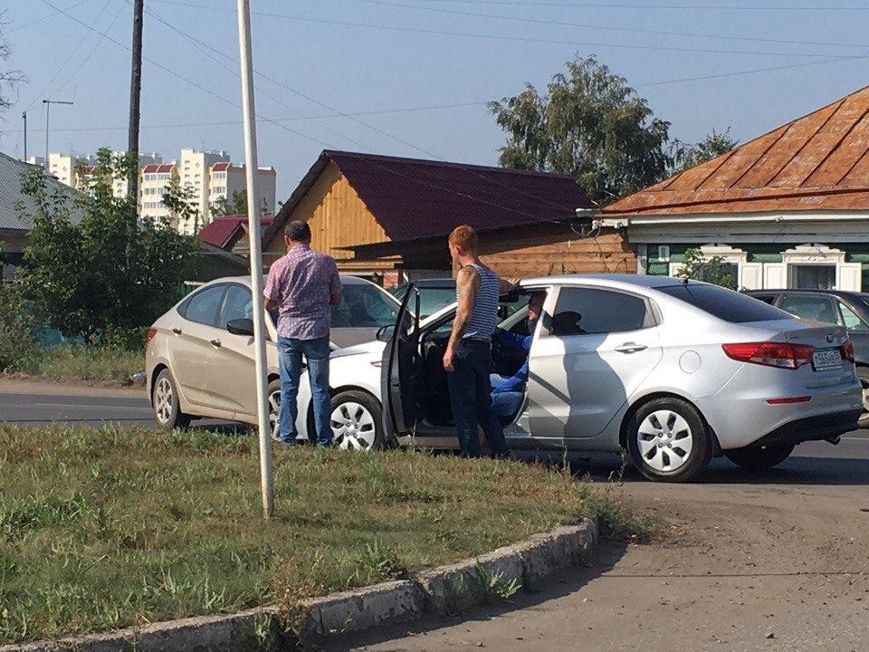 В Омске на Челюскинцев столкнулись два автомобиля при выезде с заправки