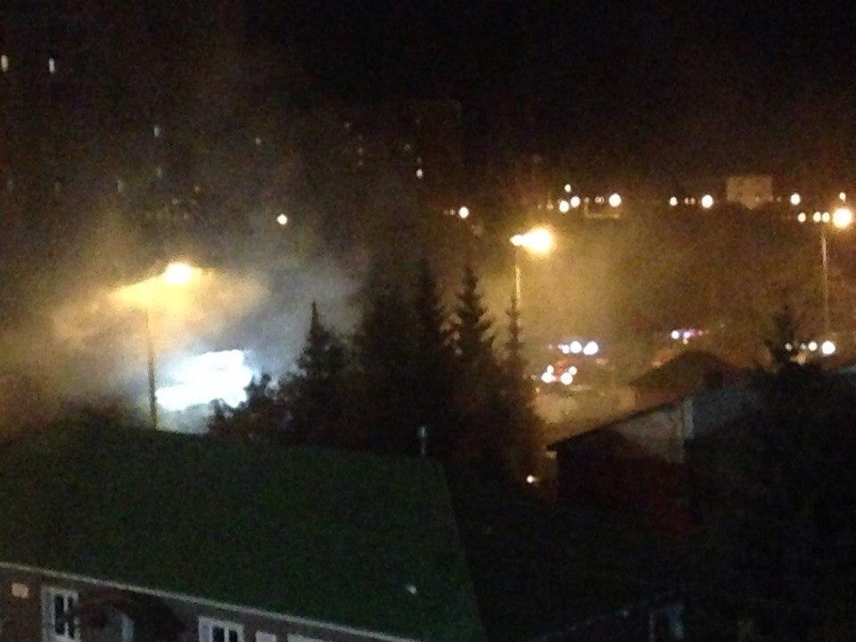 Соцсети: в Омске на Кемеровской горит шиномонтажка