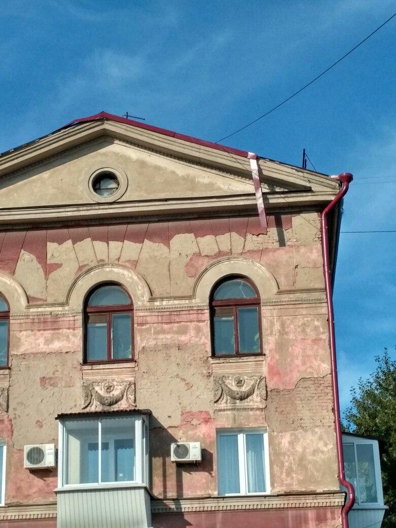 В Омске над ломбардом и винным магазином с крыши вот-вот упадет балка