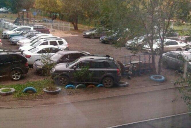 Омич припарковал внедорожник на заграждении из шин