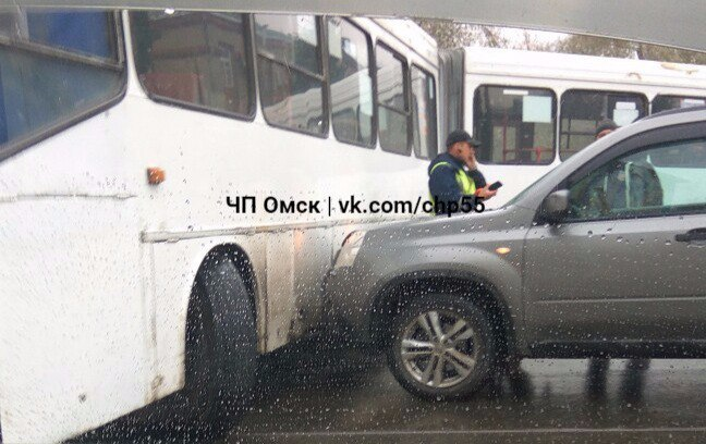 В Омске автобус №12 попал в ДТП и перекрыл улицу Нефтезаводскую