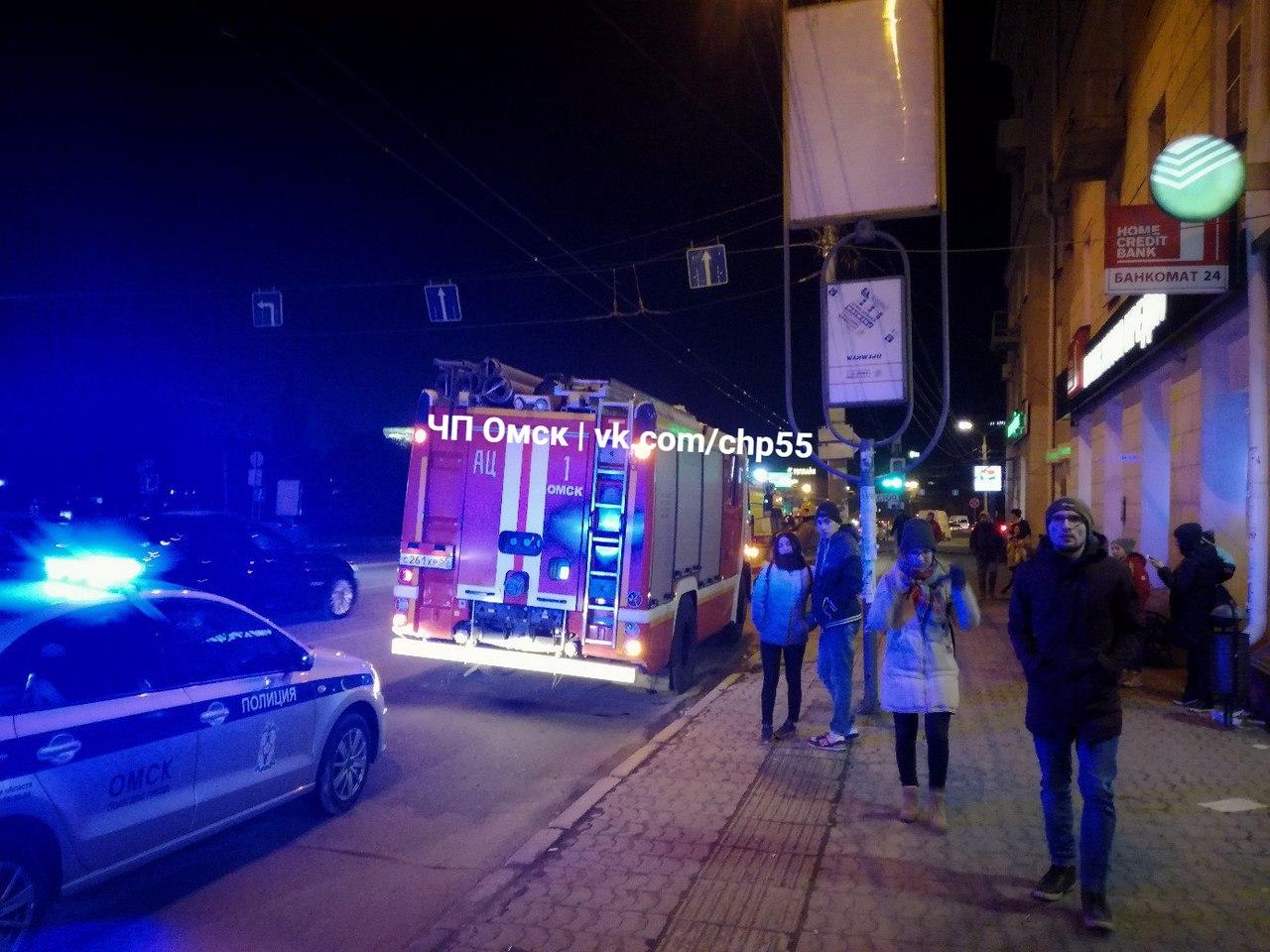 На Театральной площади Омска автомобиль наехал на подростка и сломал ему ногу