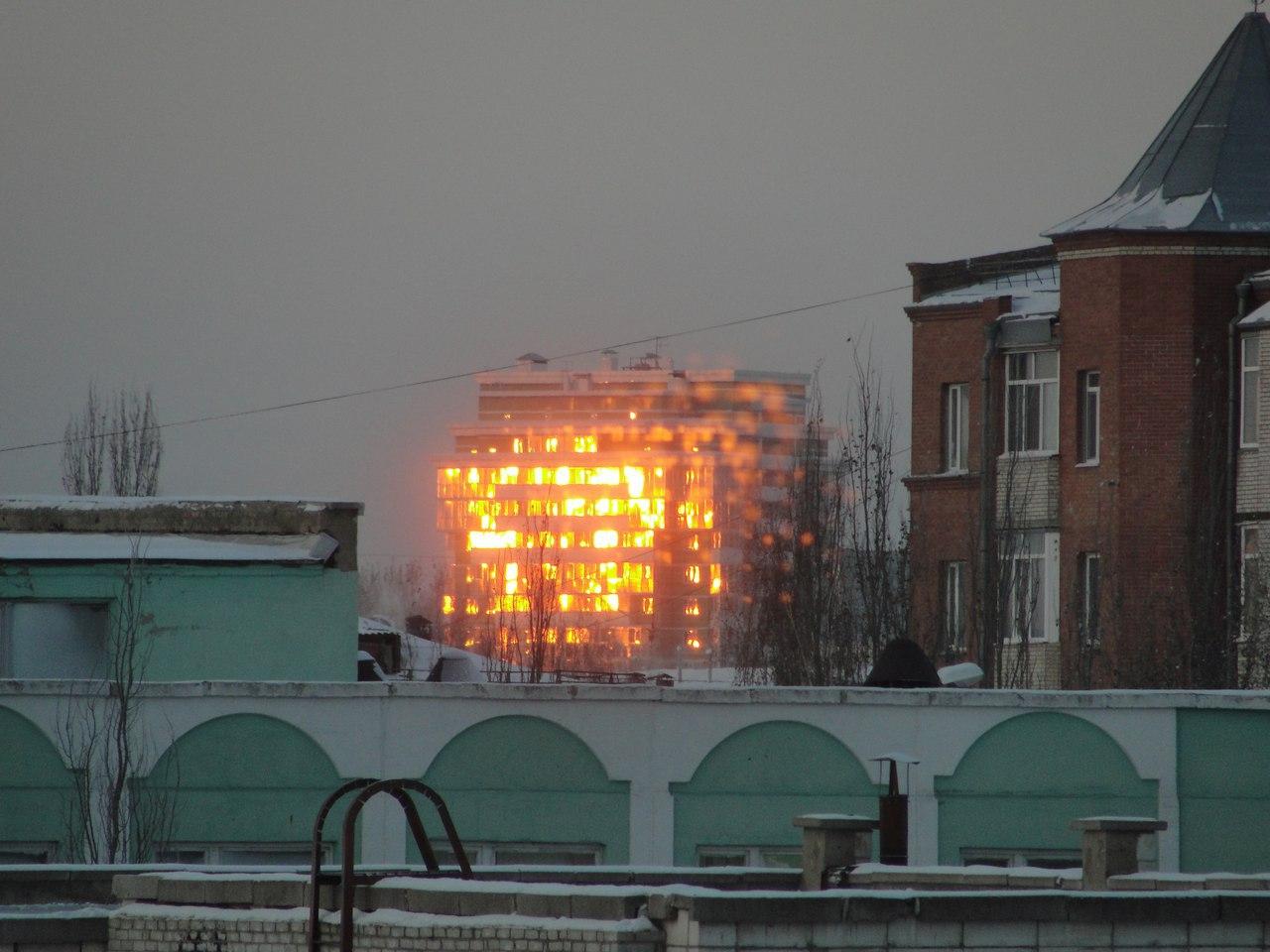 Омичи обсуждают иллюзию пожара во время рассвета на Левобережье