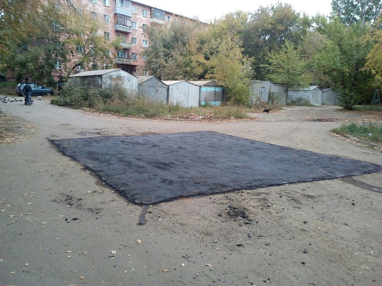 Омичи обсуждают черный квадрат асфальта во дворе